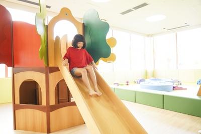 木製の大きな滑り台、ボールプールなどワクワクする遊具がいっぱい!