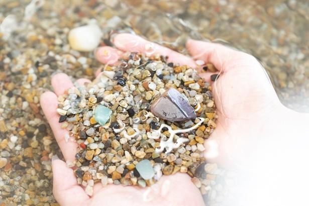「宝探し体験(30分)」(800円)では、砂利の中に水晶やアメジストなどの宝石や鉱石が隠されている。見つけた石は持ち帰ってOK!