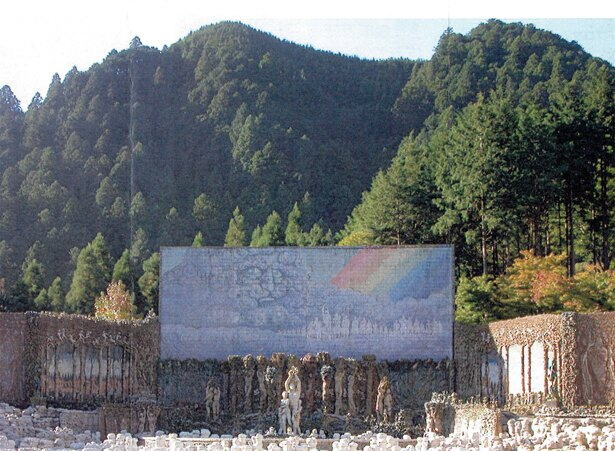 1978年に完成した、虹の泉の最初の作品「大陶壁 翼壁」