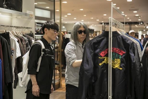 【写真を見る】洋服を吟味する藤原ヒロシ(右)と山口一郎(左)