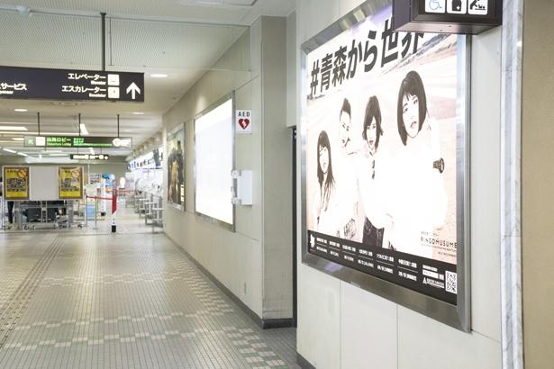 巨大電照看板にはコラボ広告も登場!
