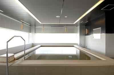 男性用の白湯。檜でできたお風呂でのんびり