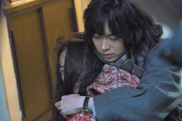 【写真を見る】絶叫して暴れる趣里を背後から抱き締める菅田将暉