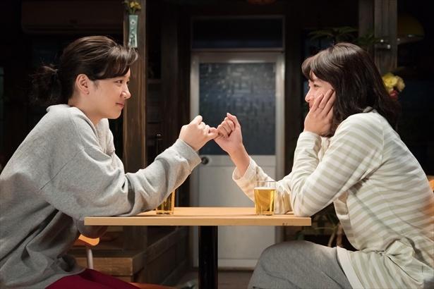 第113回(8月10日放送)シーンより。ユーコの悩みを聞いた鈴愛。2人の友情のゆびきり