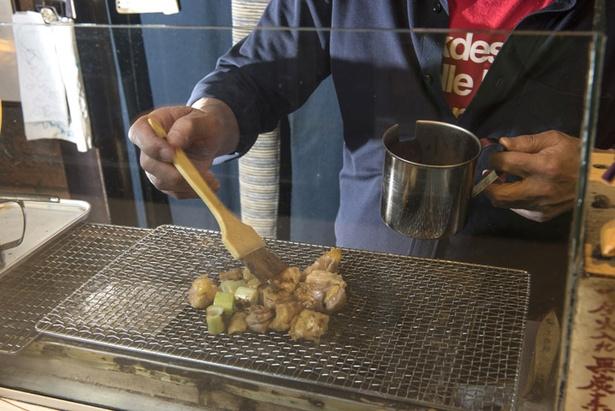 手慣れた手付きで「小樽地鶏」を炭火でていねいに焼き上げる荒澤店長。隠し味にネギ醤油をサラリとひと塗り
