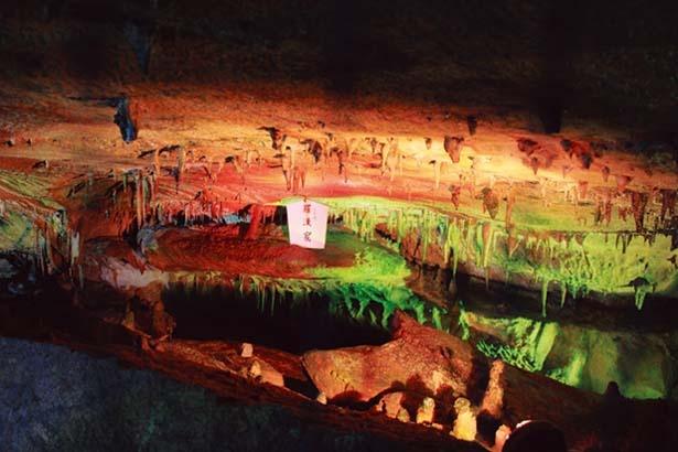 【羅漢窟】洞窟の中をのぞくと、岩盤の上に点々とある石筍が羅漢(らかん)像のように見える/面不動鍾乳洞