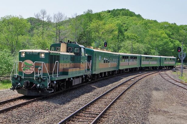 機関車に続く1号車が普通客車、2号車から4号車は窓の大きい展望客車