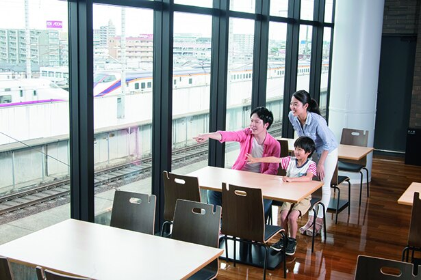 走る新幹線の姿を眺めながら食事を楽しめるビューレストラン