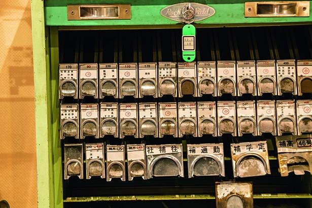 昭和中ごろから平成にかけて駅で使われていた金属製の乗車券箱