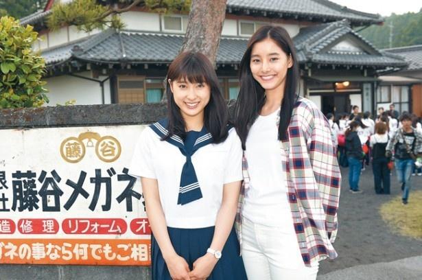 新木優子(右)は、わかば(土屋太鳳)の姉・あおいを演じる。かつてJETSのセンターとして全米3連覇した