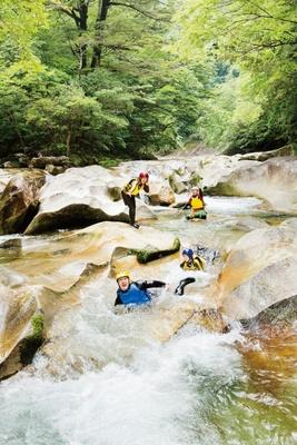「童心に蛙」でのキャニオニング / 高さ5mの滝から「ひょうたん淵」へのダイブ、天然のウォータースライダーなどが楽しめる