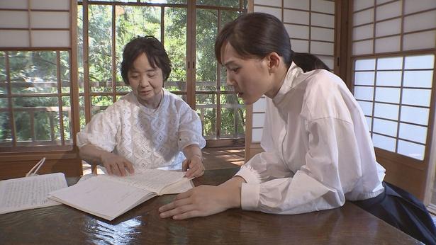 鈴木政子さんから当時の資料を見せてもらう綾瀬はるか