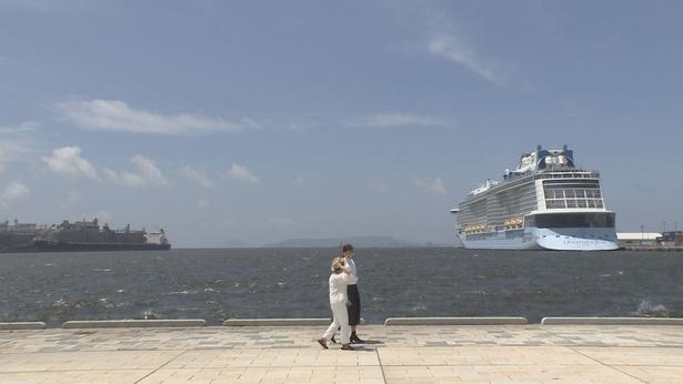 綾瀬はるかは鈴木政子さんとともに、博多港を歩く
