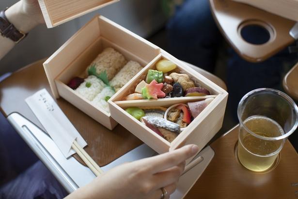 「折鶴~おりづる~」(1500円)。旬魚の西京焼きや鯛めし、合鴨ロース煮など具沢山