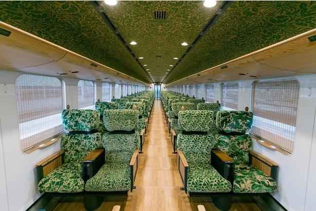 森の中にいるような客車