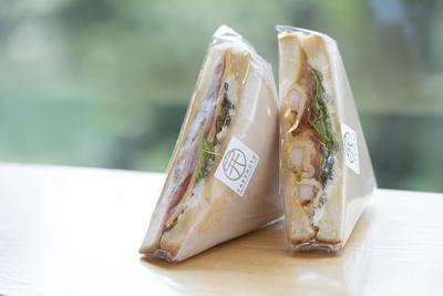 竹本のサンドイッチ300円。海老天とクラブハウスサンドどっちが好み?