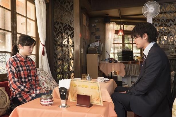【写真を見る】喫茶店で向かい合う鈴愛と律。2人の関係はどうなる?