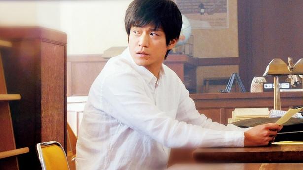 桜良との出会いから12年後、母校の教師になった【僕】を演じる小栗旬