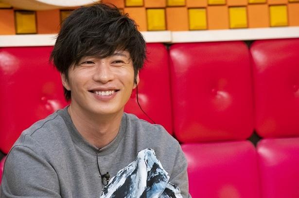 爽やかな笑顔を見せる田中圭