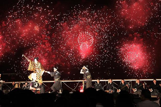 【写真を見る】鮮やかな花火をバックに市川海老蔵が舞う