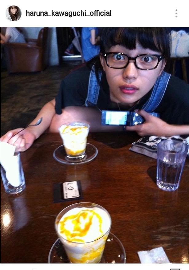 【写真を見る】ねえ、何があったの…? 川口春奈の不意打ちビックリ顔
