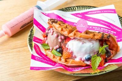 「プリマヴィスタ」10周年を記念したコラボスイーツが登場!手前から「チョコレートアイスクリームワッフルサンド」(870円)と「ホワイトチョコレートストロベリーシリンジ」(500円)