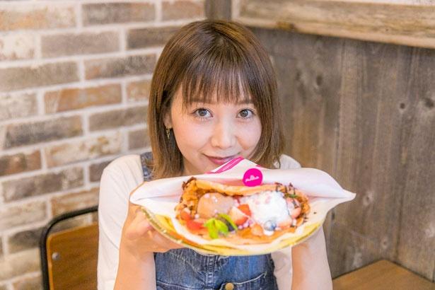 一口食べた瞬間、幸せそうな表情を浮かべていた田中さん。「ピンクの世界観に気分がルンッてなります」