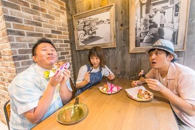 豪快にワッフルサンドにかぶりつく、はっしーさん。ナイフとフォークを使って食べていたあまいけいきさん、田中さんは驚きつつも、ちょっぴり羨ましそう!?