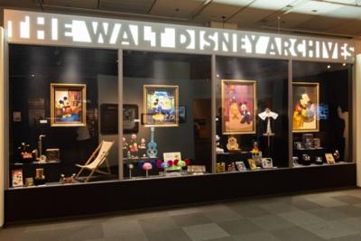 ウォルト・ディズニー・アーカイブスのロビーにある巨大なショーケースを再現