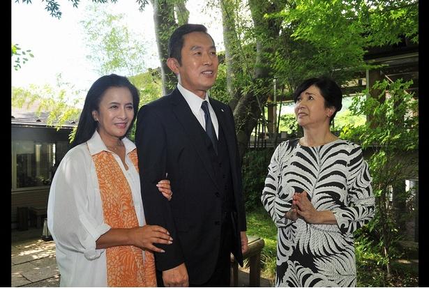 日光の温泉に出かけた十津川警部(内藤剛志・写真中央)と妻の直子(池上季実子・写真左)
