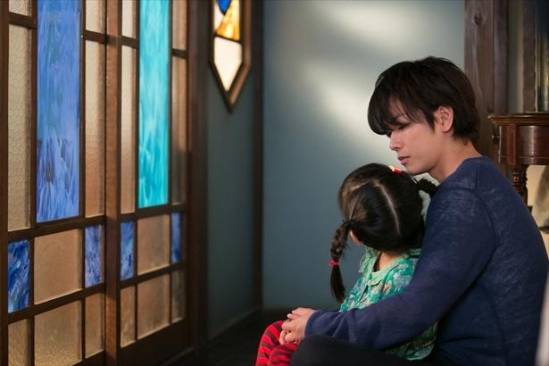 【写真を見る】花野(山崎莉里那)を膝に乗せ、「故郷」を歌う律(佐藤健)…胸を打つシーンに