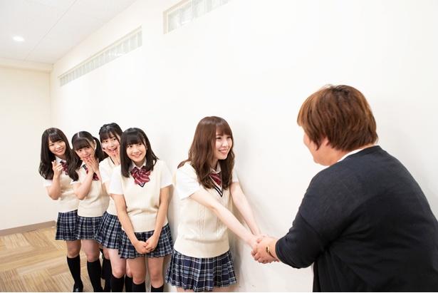 熱く握手を交わすラーメン部部長のちゅり&明星食品の担当者
