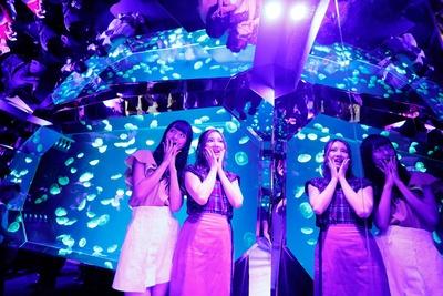 「すごく幻想的!」(中野)、「壁が鏡張りで、万華鏡みたい!」(北川)