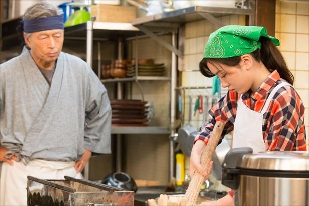 仙吉(中村雅俊)のスパルタ特訓で鈴愛は五平餅の味を習得する