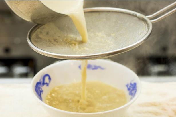 【写真を見る】豚頭とゲンコツで炊いた濃厚スープ。脂っこさはない
