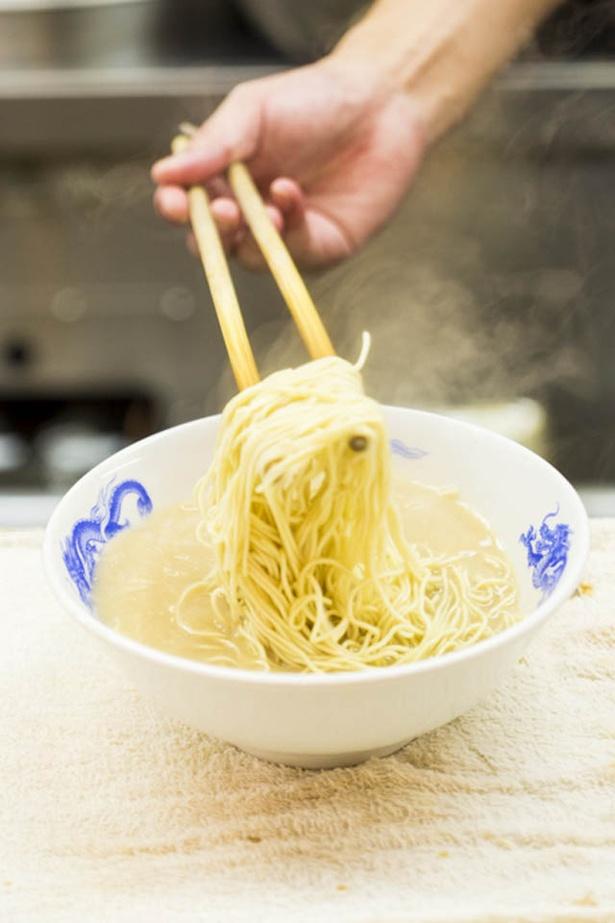 麺は細ストレート。替え玉、替え肉も用意する