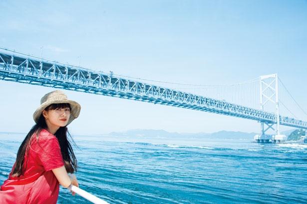 写真は、海上から眺める鳴門大橋。そのスケールの大きさに驚かされるのも淡路島ならでは/うずしおクルーズ