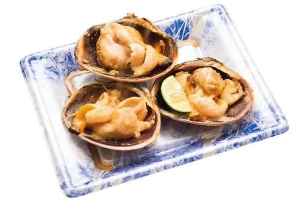 【写真をみる】お酒と醤油でシンプルに味付けした大あさり焼(約3個で500円)/山武水産