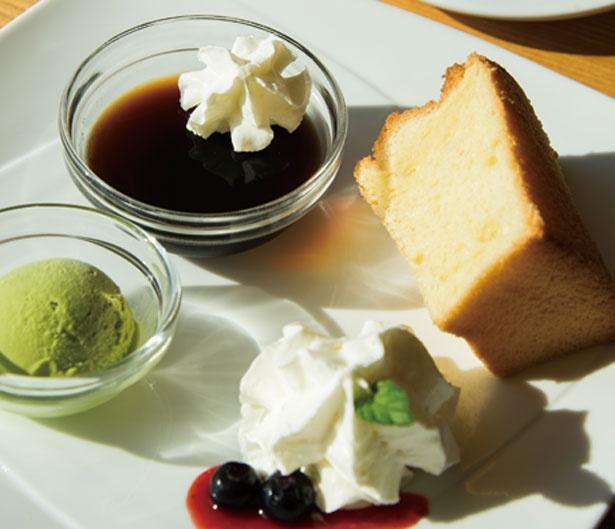 抹茶アイスやコーヒーゼリーが付いたシフォンケーキセット(850円)/Café Marukou