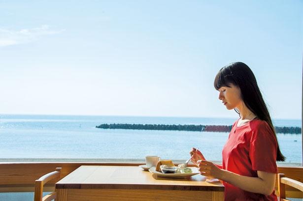 目の前に広がる海を堪能しながらカフェタイム/Café Marukou