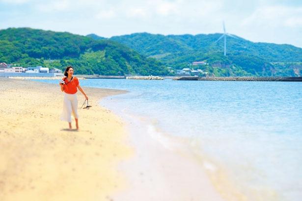 澄んだ水と整備された真っ白でサラサラの砂浜/阿万海岸海水浴場
