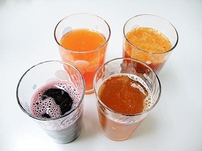 4種類のサイダーを編集部で飲み比べ。グラスに注ぐと表面が泡立ち、炭酸が入っていることが分かる