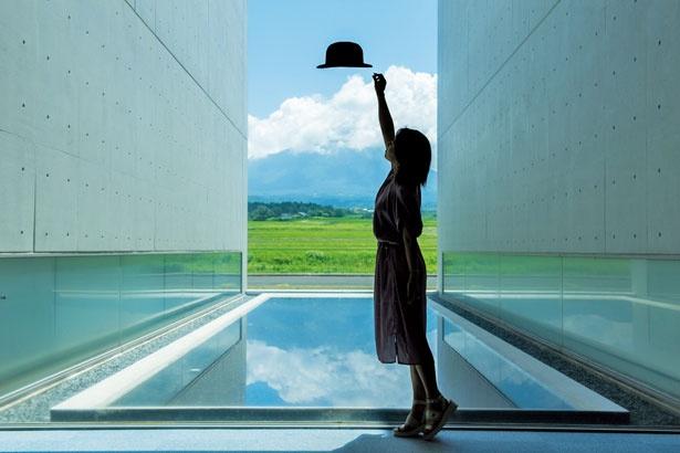 【写真をみる】天気がいいと池に逆さ大山が/植田正治写真美術館