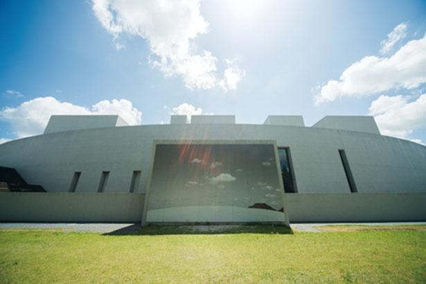 大山が近い田園地帯に、建築家・高松 伸が設計した美術館が立つ/植田正治写真美術館