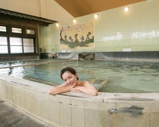 1300年の歴史をもつ日本3大美肌の湯が源泉。効能は神経痛や冷え性など / 百年の湯