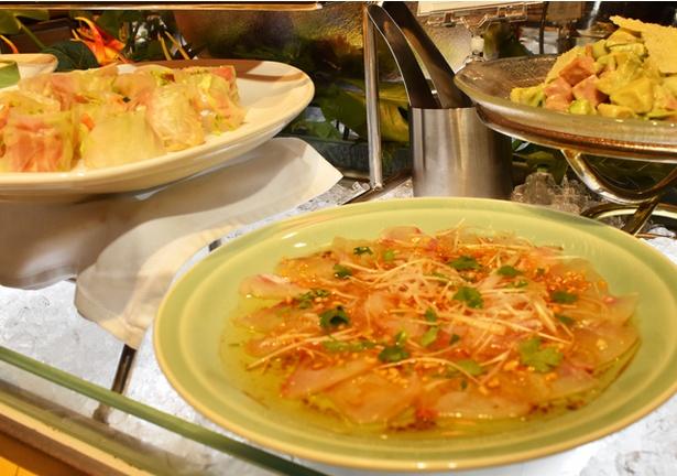 【写真を見る】「アジアンフェア ディナーブッフェ」には、アジアンテイストの魚介料理や、色鮮やかな生春巻きなど、多彩な料理が豪華に並ぶ