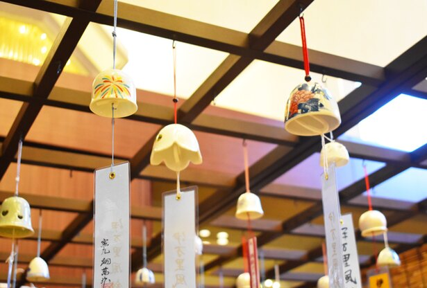 8月30日(木)まで、ホテルのロビーには伊万里風鈴の展示・販売を行う