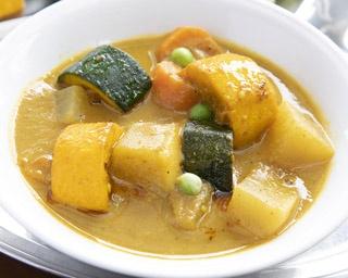 野菜カレーセット(930円)。ナンorライス、サラダ、ドリンク付
