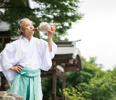 英彦山神宮 / 本殿でお祓いを受けた人を対象に、目の前で「法螺」を吹いて邪気を除いてくれる