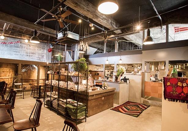 ヒシミツ / 醤油を醸造していたころは醤油樽を2つ重ねていたこともあり、天井が高く開放感のある店内だ